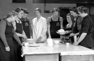Auxiliary London firewomen under catering instruction